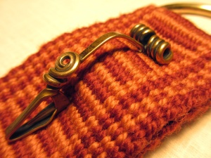 Weaving-belt-rust-colored-closeup-brass-pin2